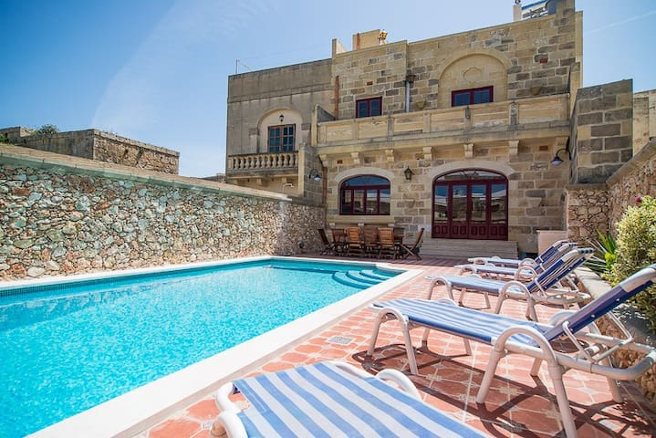 Five bedroom farmhouse with pool - Xewkija - Hus