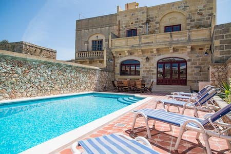 Five bedroom farmhouse with pool - Xewkija