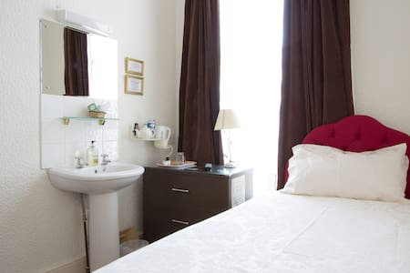 4* B&B, Cosy Single Room & External Private B/Room - Dover