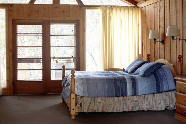 Queen Bed in Bedroom/Sitting Room