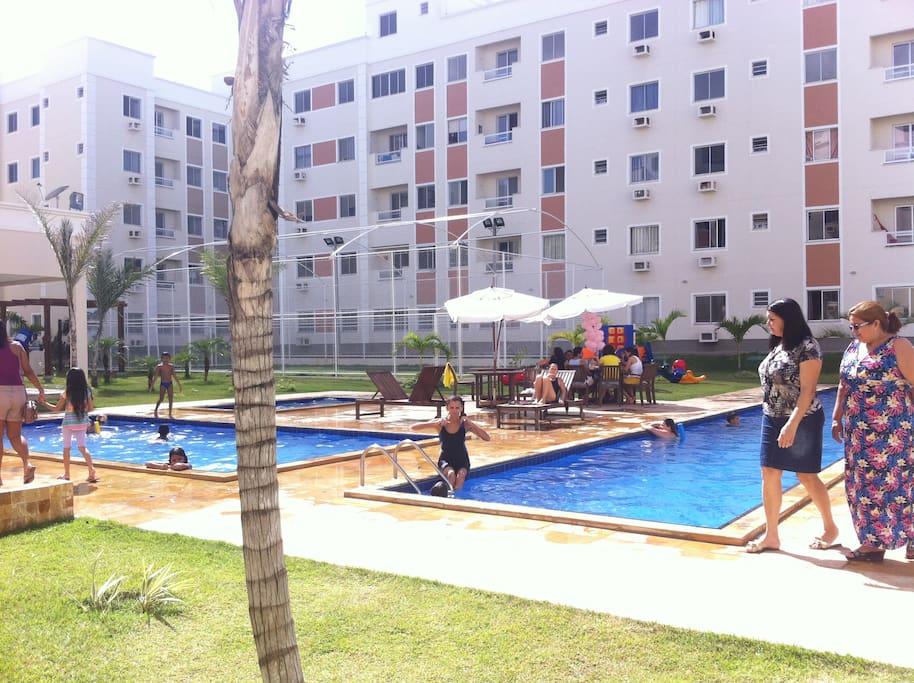 3 piscinas e deck com churrasqueira e uma quadra poliesportiva
