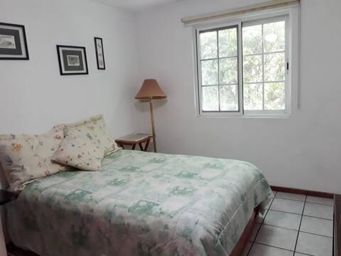 Fresca habitación con vista a linda terraza