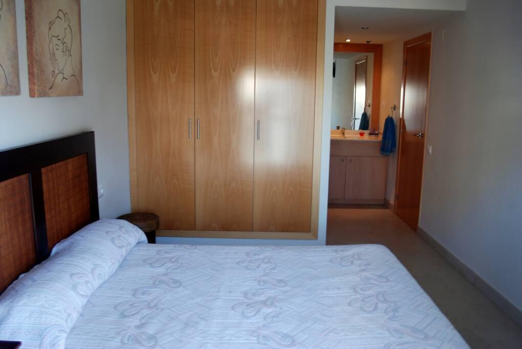 habitacion tipo suit grande y con salida al balcon