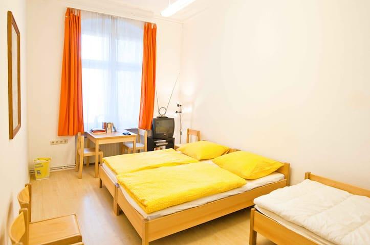 ruhiges Dreibettzimmer 1.4 zum Innenhof (1. Etage)