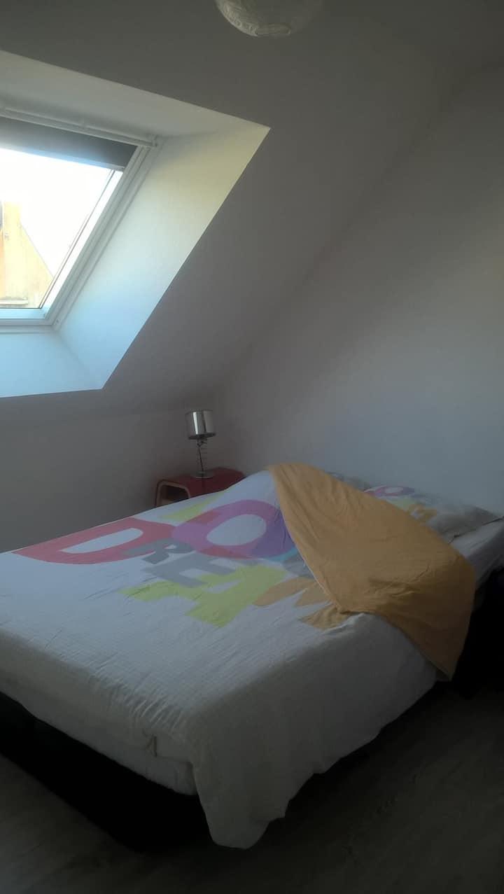 Petite chambre dans maison, centre bourg