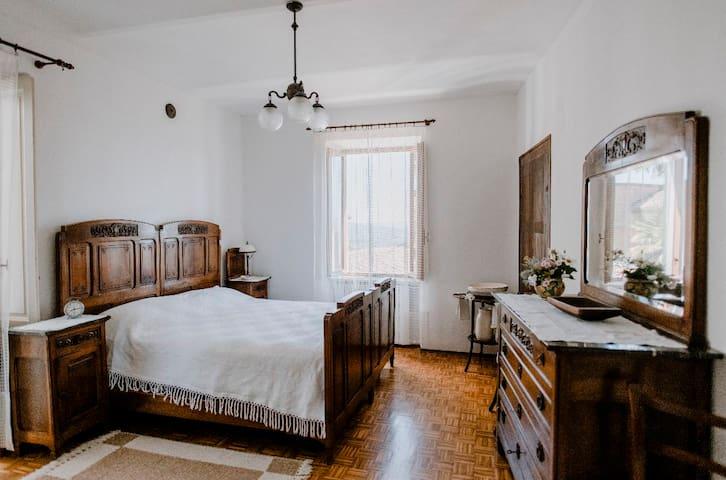 Terza camera spaziosa e molto luminosa con accesso diretto al piccolo terrazzino | Spacious and very bright third bedroom with direct access to the small terrace