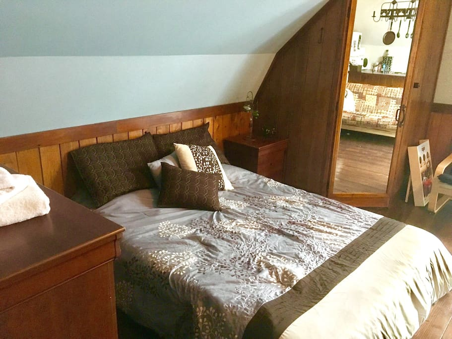 Le confortable lit queen vous attend