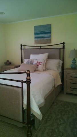 Very beachy & cozy Queen bed & bath - Shirley - Casa