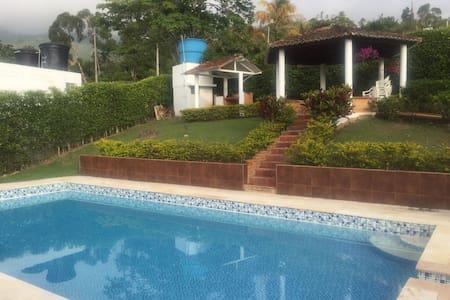 Linda Casa de Campo con cancha y piscina - Silvania - Cabane