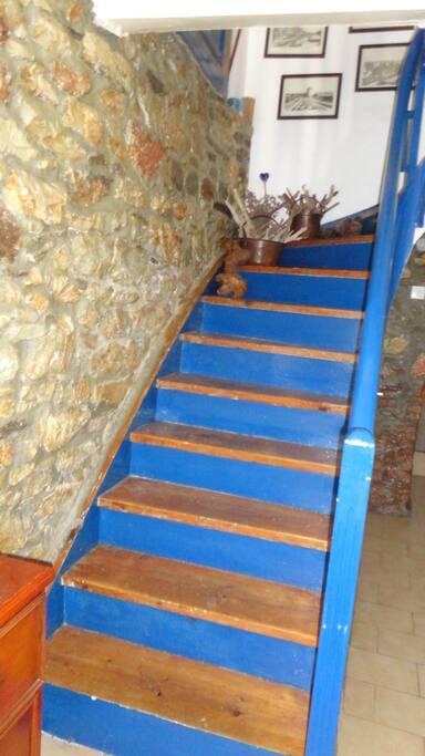 σκάλα ξύλινη που συνδέει είσοδο και σαλόνι
