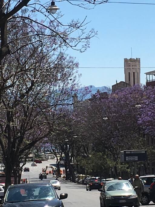 Il Largo Carlo Felice e la torre del municipio da piazza Yenne