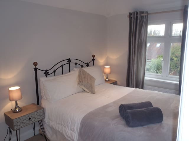 Double room & private bathroom close to Station