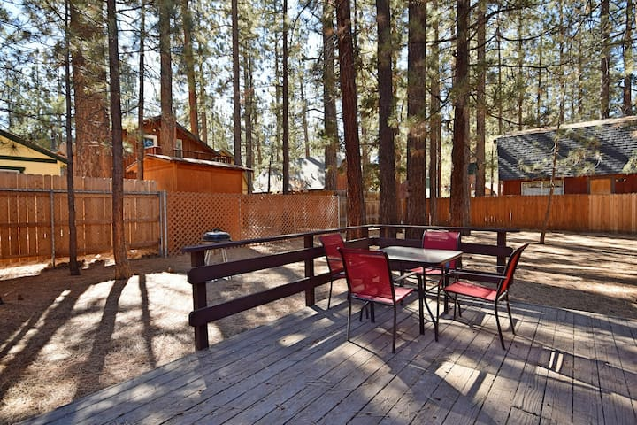 Snowed In: Close to Restaurants! Large Treed Lot! Internet! BBQ! Wood Burning Fireplace!