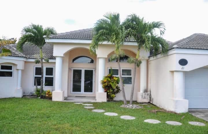 Fantastic Family Estate near Fortune Beach 4br