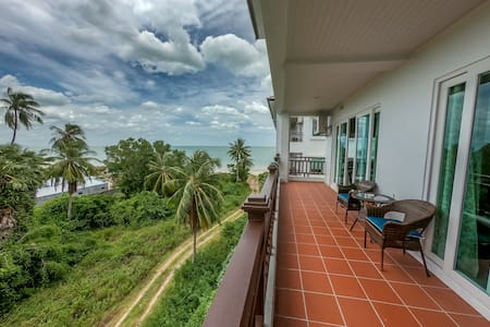 Spacious 2 bedroom sea view apartment