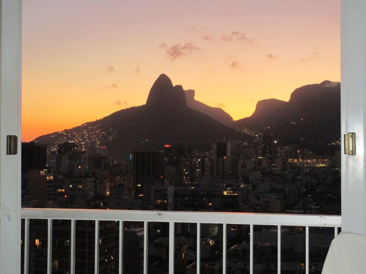 vue panoramique depuis l'appartement situé au 17 eme étage offrant un superbe coucher de soleil