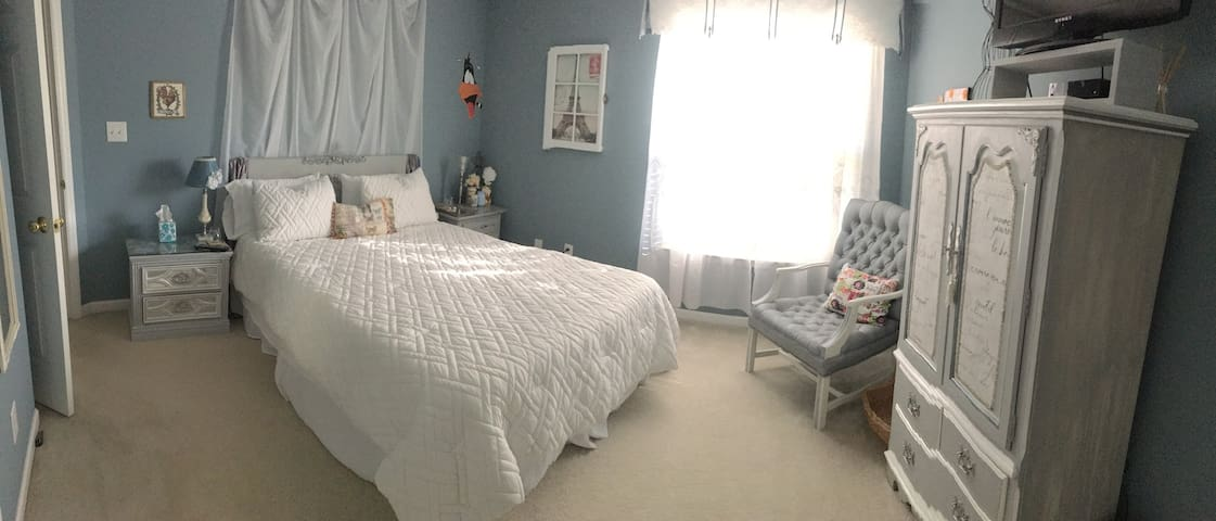 Private Bedroom -French Decor + NEW Queen Bed!
