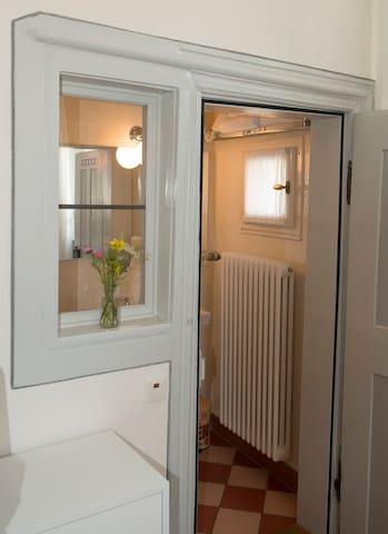 Villa Sommerach (Sommerach), Kleines Doppelzimmer (16qm) mit Sitzgelegenheit und Fernseher
