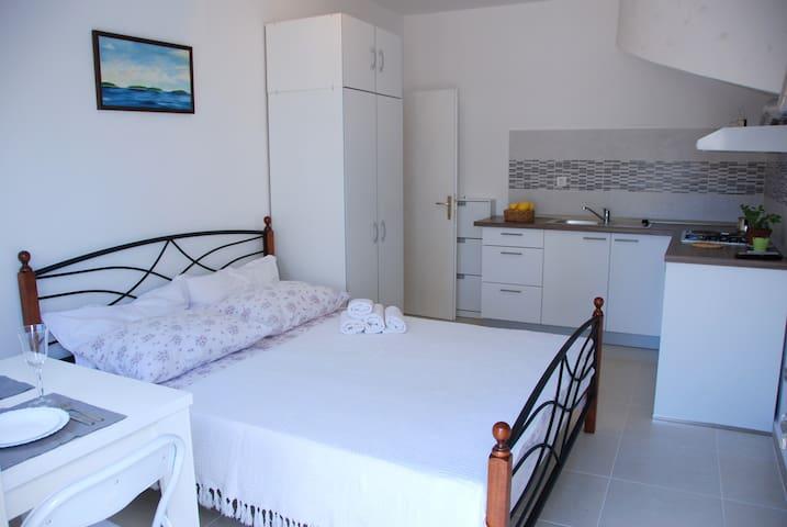Studio apartment Miletic-Stari Grad - Stari Grad - Departamento