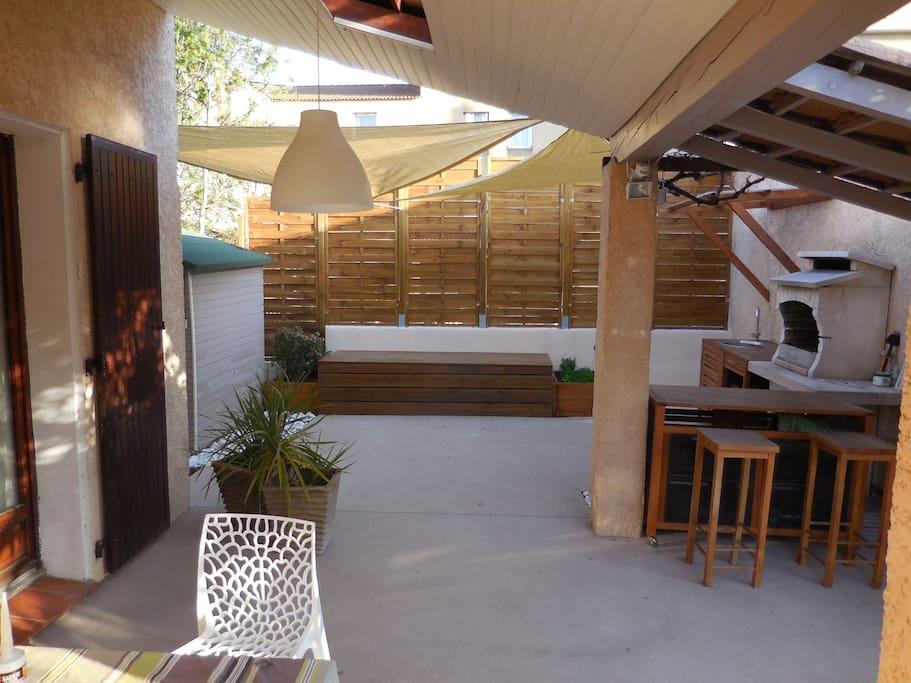 La terrasse avec bar en teck