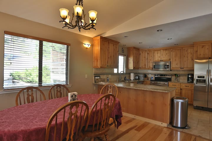 TAHOE HIDEAWAY: 3BR/2.5BA,12min walk to Lake Tahoe