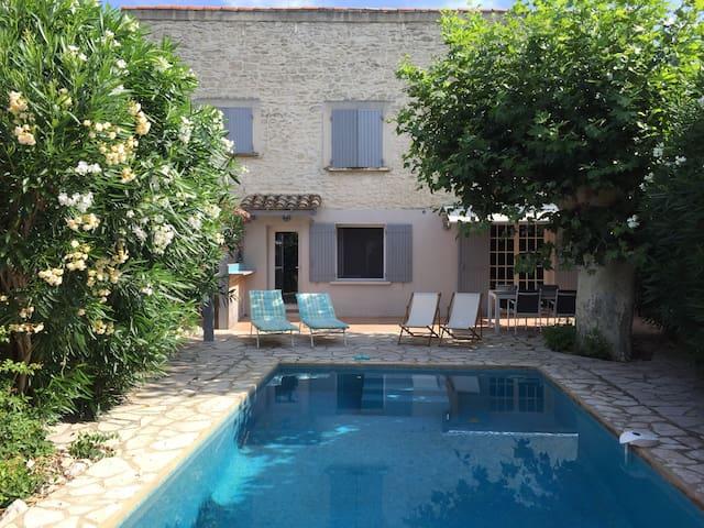 La Forge, mas en pierre avec piscine à Avignon