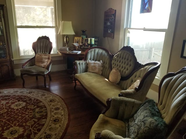 Formal sitting room, opposite of fireplace