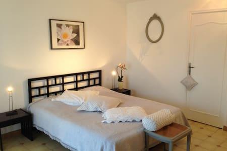 chambre d'hôte de charme AUBAGNE - Aubagne - Bed & Breakfast