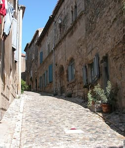 Spacious home in medival village - Caunes-Minervois