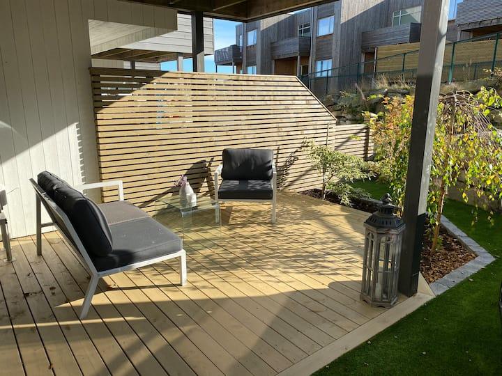 Stilren, nyere 3-roms leilighet med hage