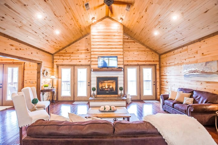 Beaver Creek is a two bedroom jewel located in the Timber Creek South area. Two bedroom sleeps 5 – Large covered deck on creek – Timber Creek South – Pets allowed, fee required.