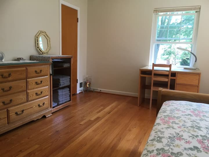 Beautiful Toledo home near UT campus (Bedroom #1)