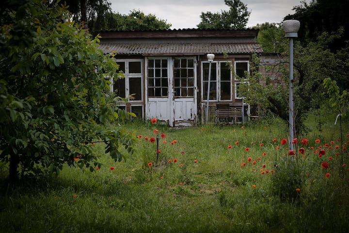 Einfache Hütte im Obstgarten