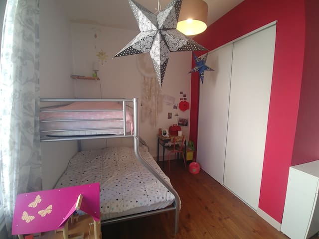 Chambre 3 avec lit 140×190 et 90x190 et nombreux jeux pour enfants.