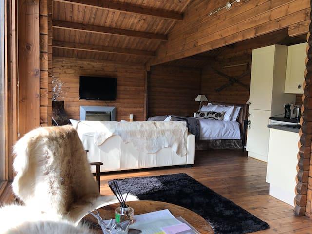 Romantic Luxury Log Cabin..Opposite Cliveden Hotel