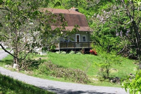 Charming Smoky Mt. Log Cabin on 7.5 acres - Hot Springs - Kisház