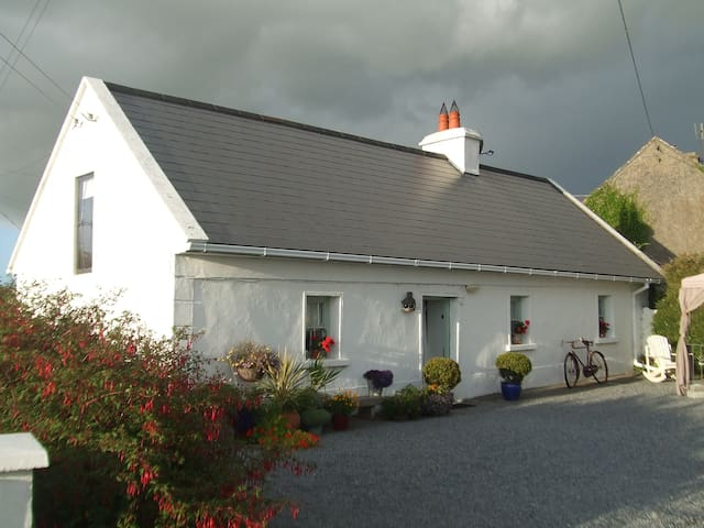 Artist's Cottage - Sleeps 4 - Corrandulla - Chatka