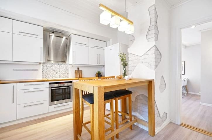 Central & beautiful 2 bedroom apartment w parking