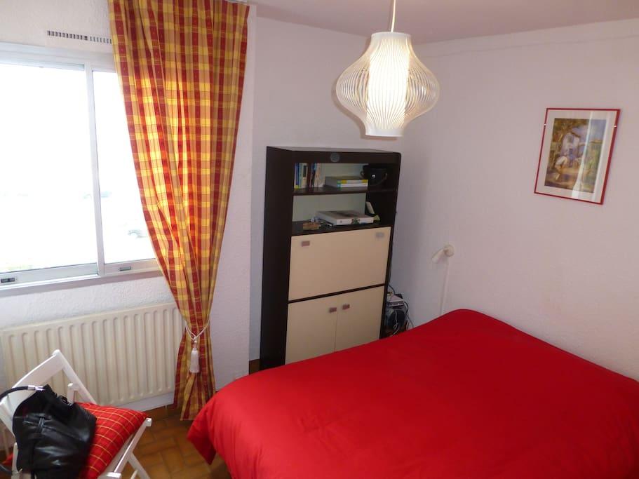 chambre parentale , lit 140 petit bureau WI-FI, vue sur étangs vers le Nord Languedoc