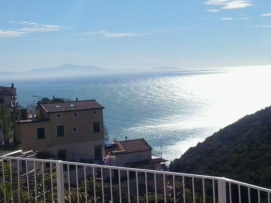 sullo sfondo la casa vacanze Le Terrazze di Cristina e...il mare