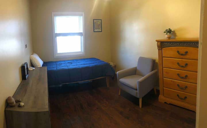Comfy Twin with self check-in minutes from U of I