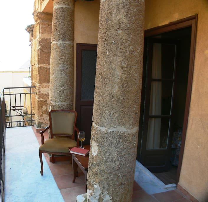 Bellissimo balcone con colonne