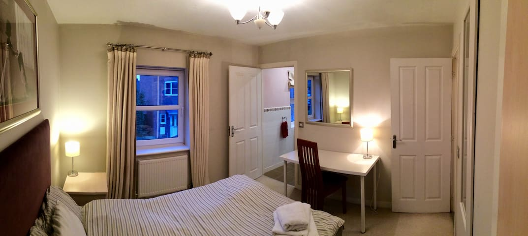 Ensuite Room in pilot's house just 10 min from EMA