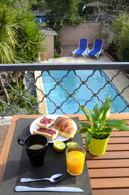 Petits déjeuners inclus. Servis en terrasse, vue piscine