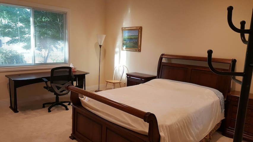 Furnished room, Queen bed, own Bathroom - Saratoga - Dom