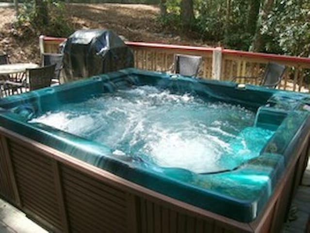 Red Creek Cabin - Hot Tub in Hendersonville, NC