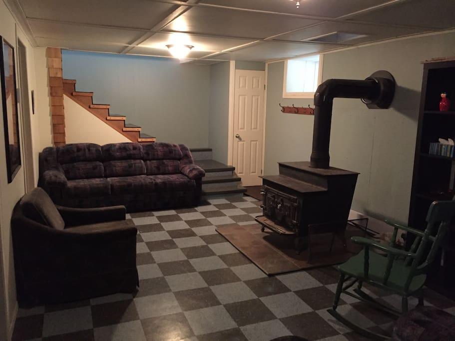Salon sous-sol avec poêle à bois
