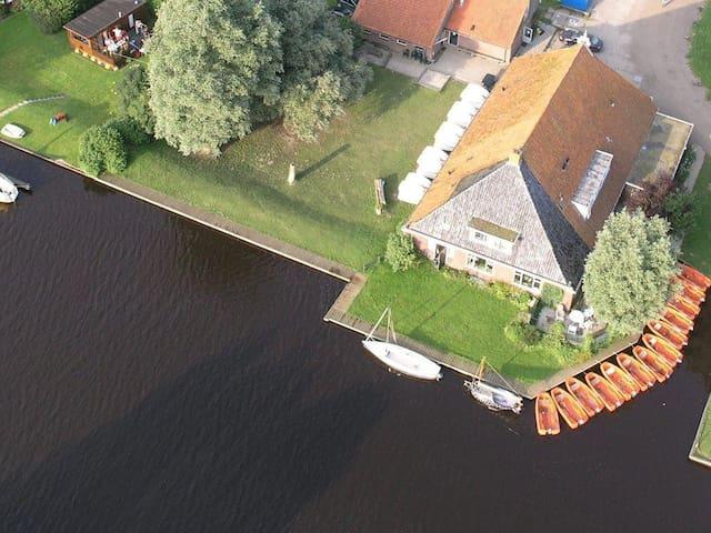 Voorhuis van boerderij aan water - Nes Gem Boarnsterhim - Casa
