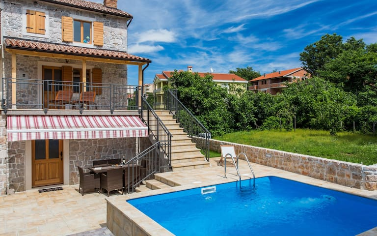 Luxury villa Klimno directly by the sea,with pool - Klimno - วิลล่า