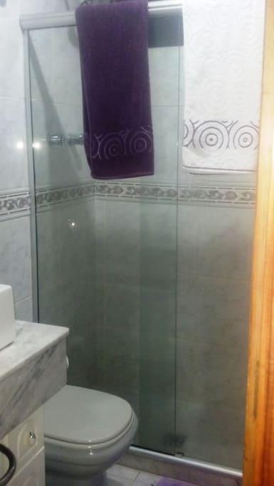 Banheiro com box blindex e água aquecida